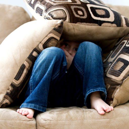 Niño triste en un sofá